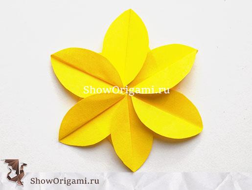 Цветок из желтой бумаги
