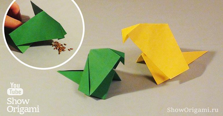 Двигающаяся оригами Птичка из бумаги клюет зерна со стола